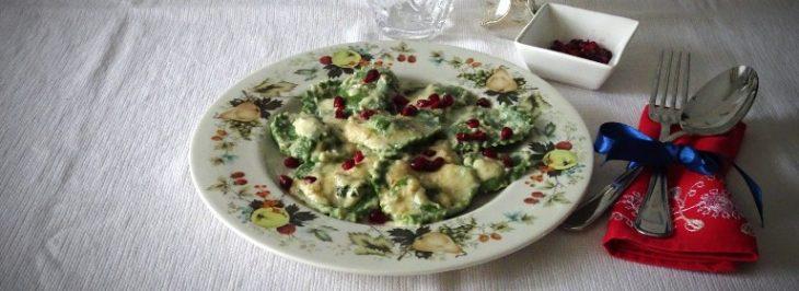 Cuori di ravioli verdi in salsa di nocciole e melagrana