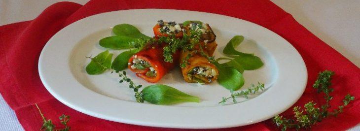Rotolini di peperone con feta, asparagi e olive nere
