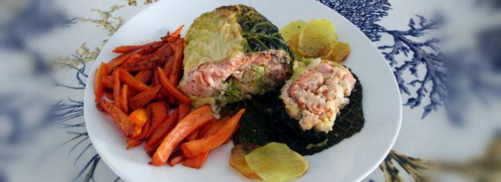 Rotolo di salmone al forno in foglie di verza
