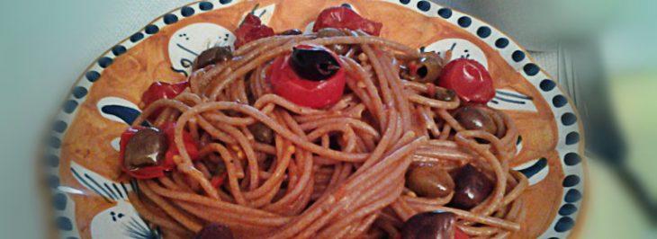 Spaghetti di farro con pomodorini, acciughe, capperi e olive taggiasche
