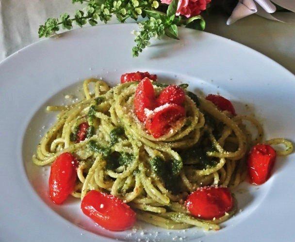 spaghetti con pesto ligure e pomodorini