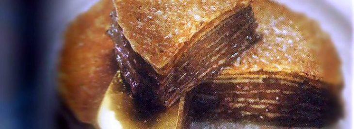 Torta di crêpes al cioccolato con crema inglese alla vaniglia