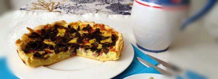 Torta salata con patate, funghi e lardon