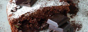 Torta al cioccolato fondente morbida con pere e noci